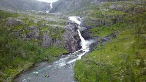 Cascada en montañas de Noruega en tiempo lluvioso de la opinión del aire del abejón almacen de metraje de vídeo