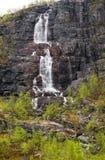 Cascada en montañas en Finnmark, Noruega septentrional imagenes de archivo