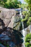Cascada en montañas rocosas en Asia en la isla tropical Foto de archivo