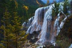 Cascada en otoño Fotos de archivo