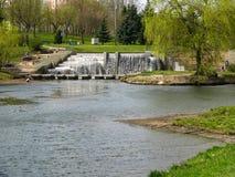 Cascada en parkland urbano minsk belarus foto de archivo libre de regalías