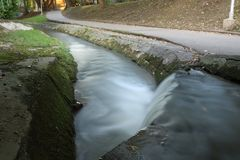Cascada en parque foto de archivo