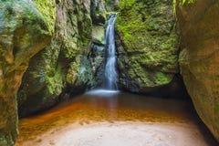 Cascada en parque de naturaleza de Adrspach-Teplice en Checo Foto de archivo