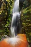 Cascada en parque de naturaleza de Adrspach-Teplice en Checo Fotos de archivo libres de regalías