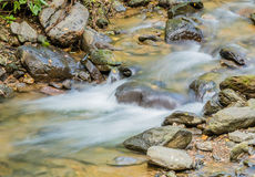 Cascada en pequeña corriente de la montaña Imagenes de archivo