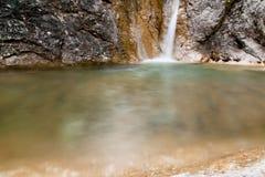 Cascada en piscina natural Fotos de archivo libres de regalías