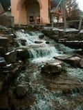 Cascada en rocas imagenes de archivo