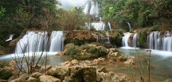 Cascada en salvaje en Thi Lo Su Imagenes de archivo