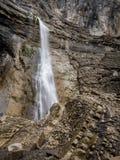 Cascada en un acantilado rugoso Imagen de archivo