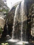 Cascada en un parque de la ciudad Imagen de archivo libre de regalías