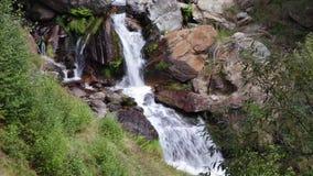 Cascada en un río de la montaña almacen de metraje de vídeo