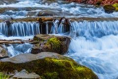 Cascada en un río de la montaña Imagen de archivo