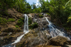 Cascada en un río de la montaña Fotografía de archivo