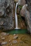 Cascada en una charca verde. Cadí, España. Fotos de archivo