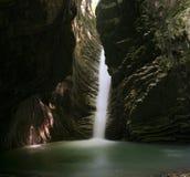 Cascada en una cueva Imagenes de archivo