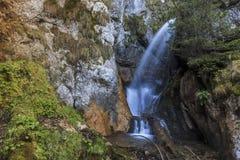 Cascada en una garganta de la montaña cárpata fotos de archivo