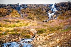 Cascada en una ubicación remota en Islandia Fotos de archivo