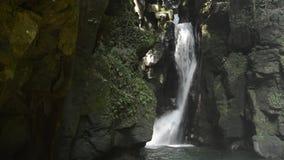 Cascada entre la roca de fondo metrajes