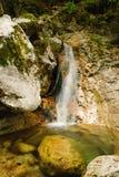 Cascada entre las rocas Fotografía de archivo libre de regalías