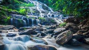 Cascada famosa de la cascada de MAEYA del parque nacional de Inthanon, Chiangmai, Tailandia (enfoque hacia fuera)