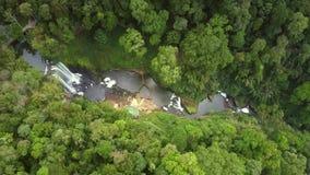 Cascada famosa de la visión distante hermosa en barranco almacen de metraje de vídeo