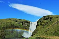 Cascada famosa de Skogafoss en Islandia con la nube Fotos de archivo