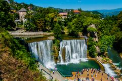 Cascada famosa en la ciudad de Jajce fotos de archivo
