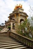 Cascada fontanny Monumentalny schody z złocistą rzeźbą na wierzchołku zdjęcia royalty free