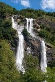 Cascada gemela que conecta en cascada abajo de una ladera Imagen de archivo