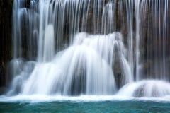 Cascada hermosa con agua lisa sedosa Fotos de archivo