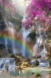 Cascada hermosa con el foco suave y arco iris en el bosque Fotografía de archivo