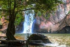 Cascada hermosa con las corrientes y la hoja verde Fotos de archivo