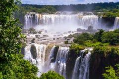 Cascada hermosa de cascadas. Iguassu baja en el Brasil foto de archivo