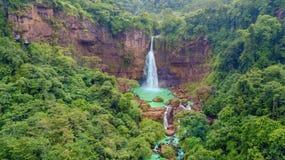 Cascada hermosa de Cikaso con los árboles verdes Fotos de archivo