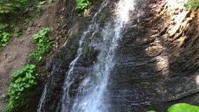 Cascada hermosa de la montaña almacen de video