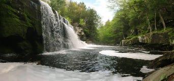Cascada hermosa de la primavera Foto de archivo libre de regalías