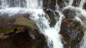 Cascada hermosa de Shipot del lugar en los Cárpatos, Ucrania Cámara lenta metrajes