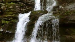 Cascada hermosa de Shipot del lugar en los Cárpatos, Ucrania Cámara lenta almacen de metraje de vídeo