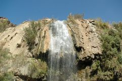 Cascada hermosa el las aguas termales en Jordania Foto de archivo