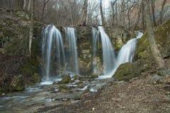 Cascada hermosa en bosque Imágenes de archivo libres de regalías