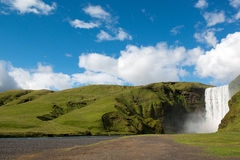 Cascada hermosa en el día de verano, Islandia de Skogafoss fotografía de archivo libre de regalías