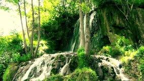Cascada hermosa en la montaña almacen de metraje de vídeo