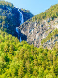 Cascada hermosa en los fiordos de Noruega Foto de archivo libre de regalías