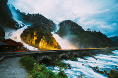 Cascada hermosa en Noruega Landscap noruego asombroso de la naturaleza Foto de archivo