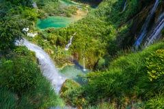 Cascada hermosa en parque nacional de los lagos Plitvice Croacia foto de archivo