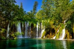 Cascada hermosa en parque nacional de los lagos Plitvice Croacia imagen de archivo
