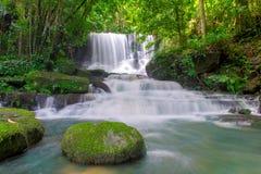 cascada hermosa en selva tropical en el phet de la montaña del berk de la tina del phu Foto de archivo