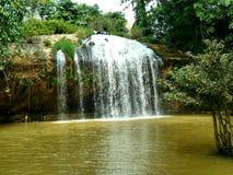 Cascada hermosa entre las zonas tropicales foto de archivo libre de regalías