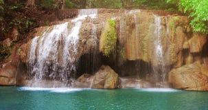 Cascada hermosa Huai Mae Khamin, Tailandia almacen de metraje de vídeo