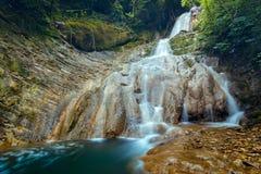 Cascada hermosa y pintoresca en Forest In Summer Closeup profundo imagenes de archivo